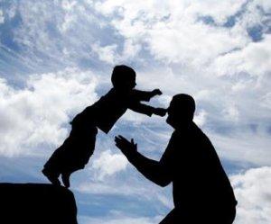 confianza-ninio-arrojandose-a-los-brazos-de-su-padre