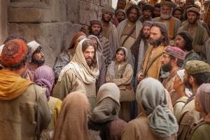 Jesús-entre-la-muchedumbre-43_i-am-the-bread-of-life_900x600_72dpi_1